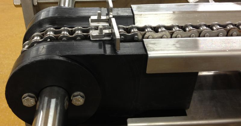 Chain and peg conveyor